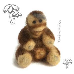 Bébé Gorille bicolore marron et crème  décoratif en laine cardée. Ouvrage de collection ,réalisation unique.