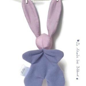 Doudou lapin mauve avec appliqué poisson au crochet et petites bulles, original fait main.
