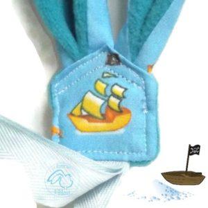 Attache sucette oreilles de lapin bleu motif bateau pirate jaune .Originale, fait main.