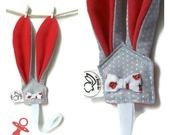Attaches sucettes oreilles de lapin rose ou bleu en tissu gris imprimé pois blanc , unique original.