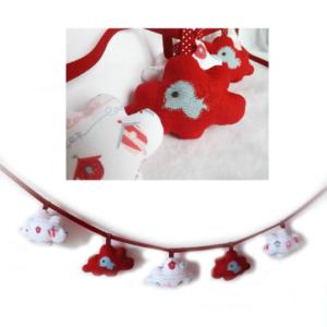 Guirlande de décoration  chambre d'enfant . Nuages rouge et blanc motifs cages oiseaux .Appliqué oiseaux bleu..Originale, unique.