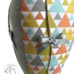Montgolfière grise , aux triangles multicolore, cordage, rubans et noeuds décoratifs.Unique fait main.