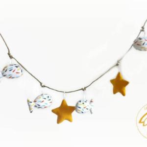 Guirlande de poissons et étoiles de mer .Tissu et Perles de bois.Originale, unique.