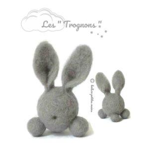 Lapin fantaisie gris en laine cardée. Une décoration à collectionner !