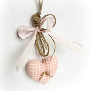 Décoration à suspendre, cœur tissu vichy rose et ficelle de lin . ruban raphia rose .fait main..