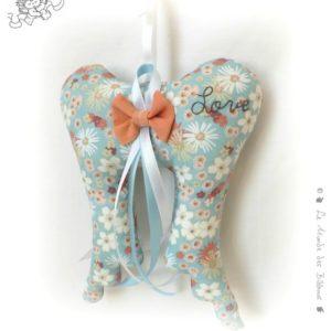 Ailes d'ange. Décoration à suspendre , tissu bleu fleuri,rubans et noeud. original fait main.