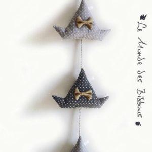 Bateaux tissus et bois flotté ,gris à pois blanc, nœuds jute. Fait main .Originale et unique.
