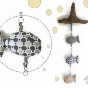 Mobile murale.Trois Poissons tissus coton, suspendus sur bois flotté. Original.