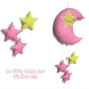 Décoration chambre , bébé. Lune endormie et ses étoiles en tissus. Rose et vert anis. Unique, fait main , original.