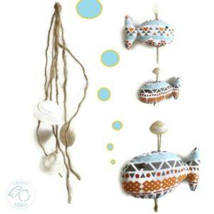 Mobile, poissons tissus multicolores , bois flotté et coquillages.Originale et unique.