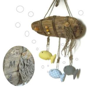 Décoration chambre d'enfant, poissons en tissus suspendus sur bois flotté.Coquillages naturels.Unique, fait main.