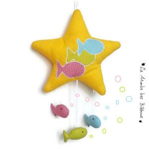 Etoile de mer et poissons suspendus . Décoration chambre d'enfant multicolore. Fait main.