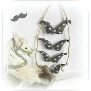 Guirlande de décoration pour chambre d'enfant .Moustache grises motif coeur.