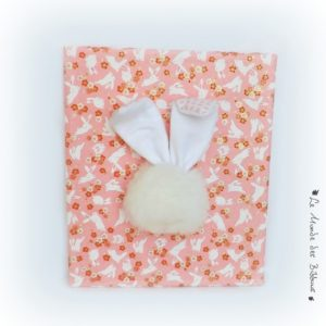 Tableau figuratif lapin, tissu et papier japonais pour décoration chambre de bébé.Rose et blanc.Unique et original.