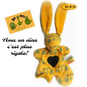 Doudou lapin,  jaune motif dinosaures   Fait main  Illustration inédite Originale .