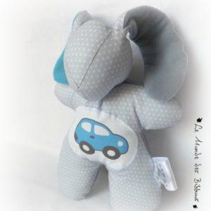 Doudou Lapin  pour enfant.Gris , appliqué voiture bleu. Tissus biologiques oeko tex . Original, fait main.