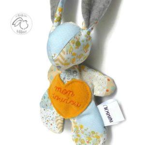 Doudou lapin , bleu et gris ,motif patchwork, brodé main,original, fait main.