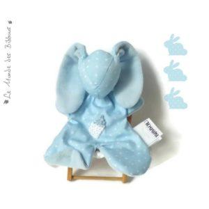 Doudou lapin pour bébé, bleu,biberon au crochet . Tissus Oeko tex .Norme CE. Original , fait main.