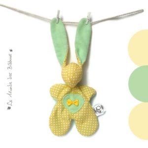 Doudou lapin pour bébé jaune et vert pastel avec appliqué coeur et petit noeud Original , fait main.