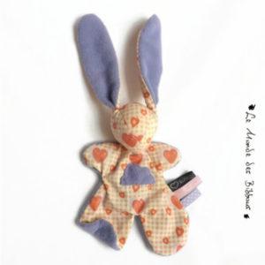 Doudou lapin pour bébé motifs  coeur.Appliqué nuage.Tissus moelleux.Fait main, Unique et original.