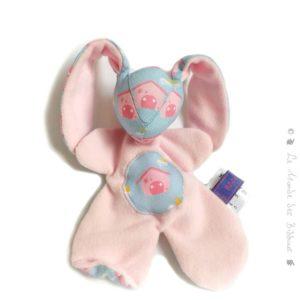 Doudou lapin pour bébé .Rose et bleu , illustration maison rose.Fait main, Unique et original.