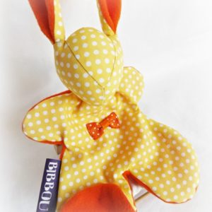 Doudou lapin pour bébé. Tissu Jaune pois blanc, nœud orange .Fait main, Unique et original.