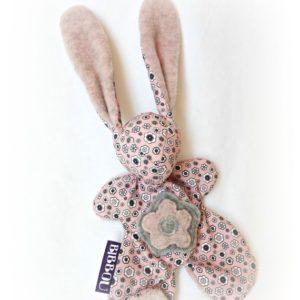 Doudou lapin pour bébé. Tissu rose , à petites fleur. Ilustration inédite .Fait main, Unique et original.