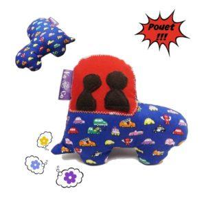 Jouet d'éveil  avec bruitage , forme voiture, tissu coton bleu motifs voitures multicolores.