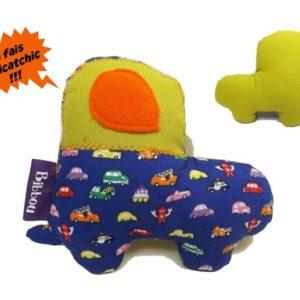 Jouet d'éveil  avec bruitage , forme voiture, tissu coton bleu et vert. Appliqué orange.