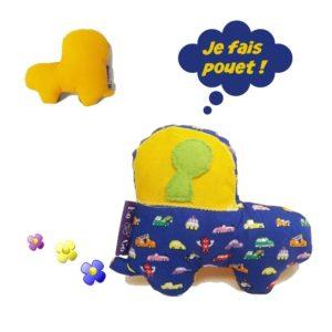 Jouet d'éveil  avec bruitage , forme voiture, tissu coton bleu et jaune. Appliqué vert.