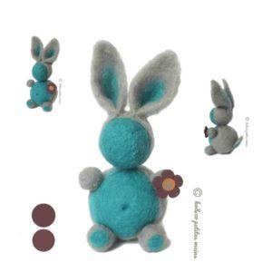 Lapin décoratif bleu turquoise et gris, bouton fleur violet, en laine cardée , original fait main.