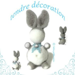 Lapin décoratif blanc et gris en laine cardée ,dentelle bleu, original fait main.