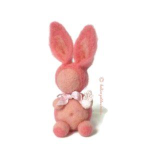 Lapin décoratif rose en laine cardée avec son hochet et nœud décoratif vichy rose, original fait main.