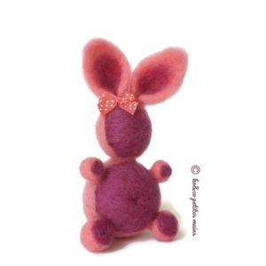 Lapin décoratif violet et rose, en laine cardée ,avec son petit nœud rose à pois, original fait main.