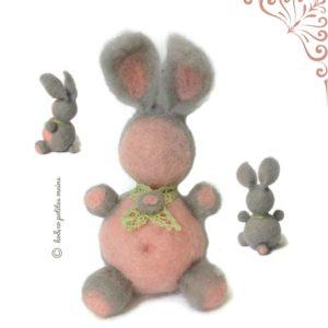 Lapin décoratif rose et gris, dentelle vert anis, en laine cardée , original fait main.