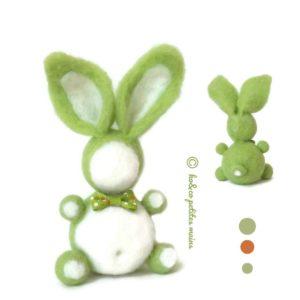 Lapin décoratif vert anis et blanc, nœud vert, en laine cardée , original fait main.