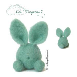 Lapin figuratif bleu turquoise clair en laine cardée. Une décoration à collectionner !