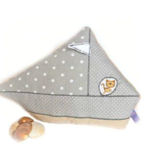 Coussin bateau pour enfant .Gris et crème , appliqué chat.Original et unique, fait main.