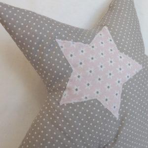 Coussin étoile  pour enfant .Tissus coton gris pois blanc ,appliqué étoile rose.Original et unique, fait main.