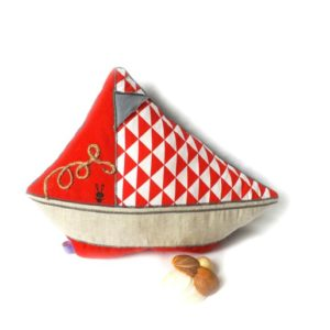 Coussin  pour enfant .Forme Bateau, tissus rouge , gris , lin.Original et unique, fait main.