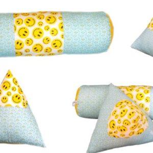 Coussins pour chambre de Bébé, lot de deux, bleu et jaune. Motifs tendance .Forme pyramide et traversin.Original, fait main.