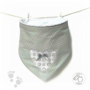 Bavoir bandana bébé .Gris et blanc. appliqué coeur , noeud gris. Original, fait main.