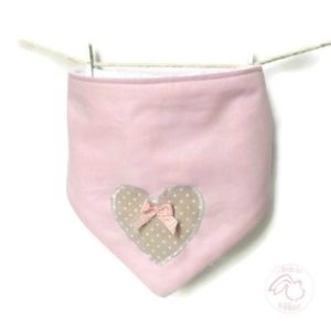 Bavoir bandana bébé .Rose et blanc. appliqué cœur et nœud vichy rose. Original, fait main.