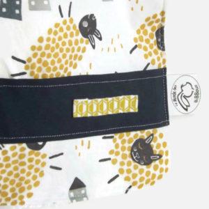 Bavoir bébé  tissu coton motif moutons et petites maisons  bleu et jaune doublé éponge blanche .