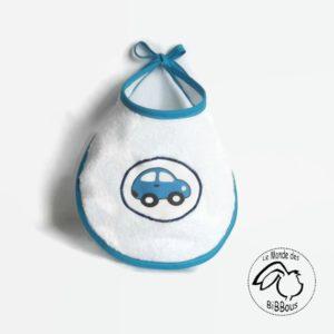 Bavoir bébé  en éponge blanche , appliqué tissu motif voiture bleu.Liens à nouer.Original, fait main.