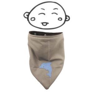 Tour de cou bébé ,bandana, tissu coton taupe motif dauphin , doublé polaire marron, fermeture pression.