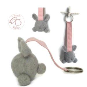 lapin fantaisie gris en  laine cardée  avec attache .