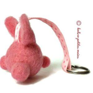 lapin fantaisie rose fuchsia en  laine cardée  avec attache .