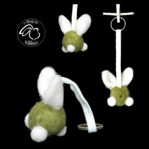 lapin fantaisie vert et blanc en  laine cardée  avec attache .