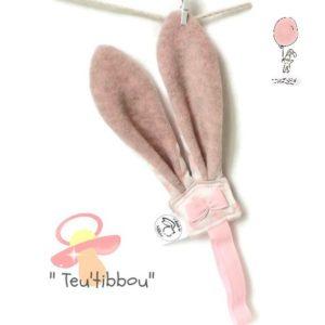 Attache sucette .Oreilles de lapin  rose  et son nœud décoratif.Originale, fait main.